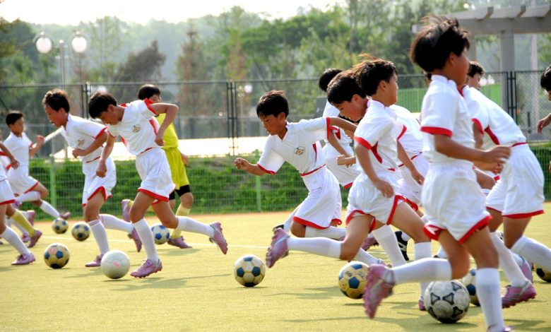 Schoolchildren are engaged in various groups of extracurricular activities according to their hopes and talents